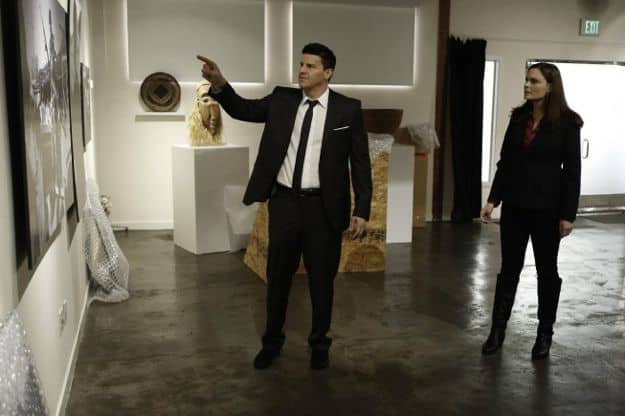 Booth (David Boreanaz, L) and Brennan (Emily Deschanel, R) view photographs at a gallery