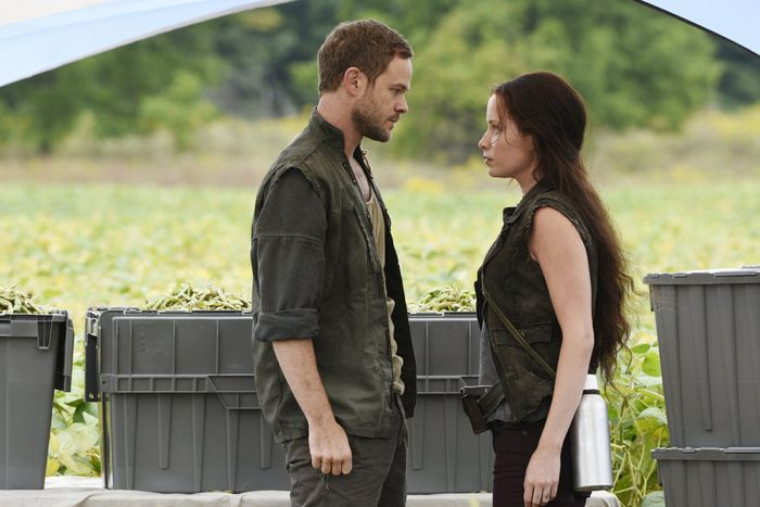 "KILLJOYS -- ""The Harvest"" Episode 103 -- Pictured: (l-r) Aaron Ashmore as John, Tamsen McDonough as Lucy -- (Photo by: Steve Wilkie/Temple Street Releasing Limited/Syfy)"