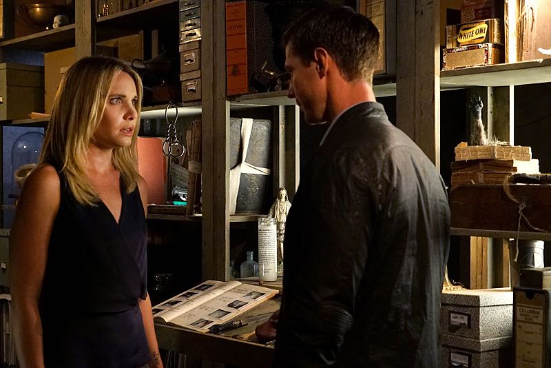 """""""THE ORIGINALS""""The Originals -- """"The Axeman's Letter"""" -- Image Number: OG305b_0029.jpg -- Pictured (L-R): Leah Pipes as Cami and Jason Dohring as Detective Will Kinney -- Photo: Annette Brown/The CW -- © 2015 The CW Network, LLC. All rights reserved."""