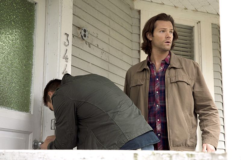 """Supernatural -- """"Thin Lizzie"""" -- Image SN1105b_0027 -- Pictured (L-R): Jensen Ackles as Dean and Jared Padalecki as Sam -- Photo: Katie Yu/The CW -- © 2015 The CW Network, LLC. All Rights Reserved."""