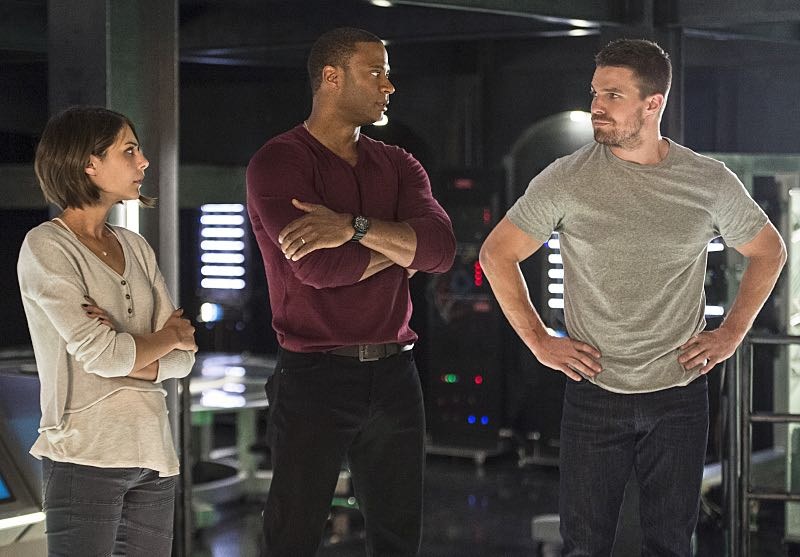 """Arrow -- """"Haunted"""" -- Image AR404B_0182b.jpg -- Pictured (L-R): Willa Holland as Thea Queen, David Ramsey as John Diggle and Stephen Amell as Oliver Queen -- Photo: Cate Cameron/ The CW -- © 2015 The CW Network, LLC. All Rights Reserved."""