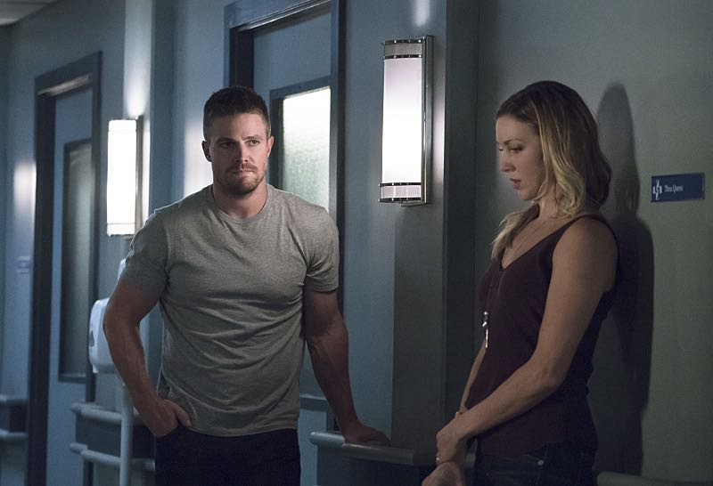 """Arrow -- """"Haunted"""" -- Image AR404A_0114b.jpg -- Pictured (L-R): Stephen Amell as Oliver Queen and Katie Cassidy as Laurel Lance -- Photo: Katie Yu/ The CW -- © 2015 The CW Network, LLC. All Rights Reserved."""
