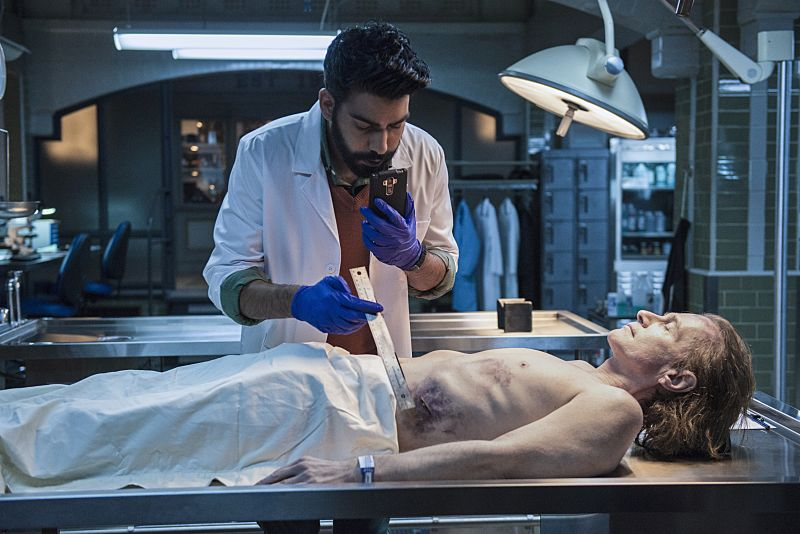 """iZombie -- """"Love & Basketball"""" -- Image Number: ZMB205a_0008.jpg -- Pictured: Rahul Kohli as Ravi -- Photo: Cate Cameron/The CW -- © 2015 The CW Network, LLC. All rights reserved"""