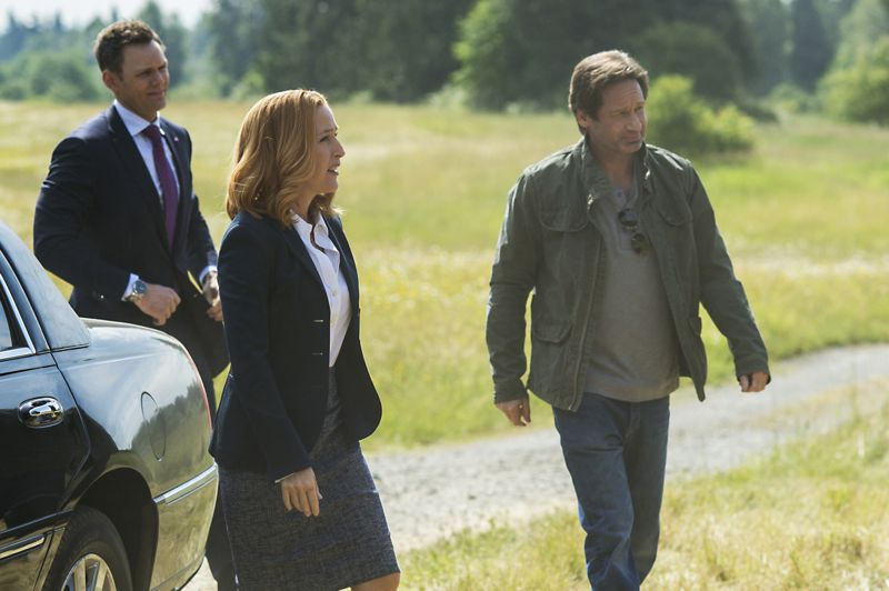 THE X-FILES: L-R: Guest star Joel McHale, Gillian Anderson and David Duchovny. The next mind-bending chapter of THE X-FILES debuts with a special two-night event beginning Sunday, Jan. 24 (10:00-11:00 PM ET/7:00-8:00 PM PT), following the NFC CHAMPIONSHIP GAME, and continuing with its time period premiere on Monday, Jan. 25 (8:00-9:00 PM ET/PT). The thrilling, six-episode event series, helmed by creator/executive producer Chris Carter and starring David Duchovny and Gillian Anderson as FBI Agents FOX MULDER and DANA SCULLY, marks the momentous return of the Emmy Award- and Golden Globe-winning pop culture phenomenon, which remains one of the longest-running sci-fi series in network television history. ©2015 Fox Broadcasting Co. Cr: Ed Araquel/FOX