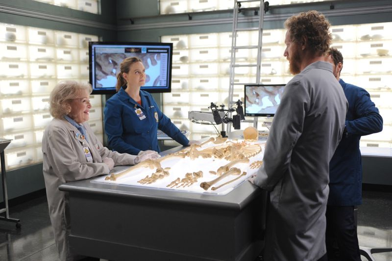 """BONES: L-R: L-R: Guest star Betty White, Emily Deschanel and guest star Brian Klugman in the """"The Carpals in the Coy-Wolves"""" episode of BONES airing Thursday, Oct. 22 (8:00-9:00 PM ET/PT) on FOX. ©2015 Fox Broadcasting Co. Cr:"""