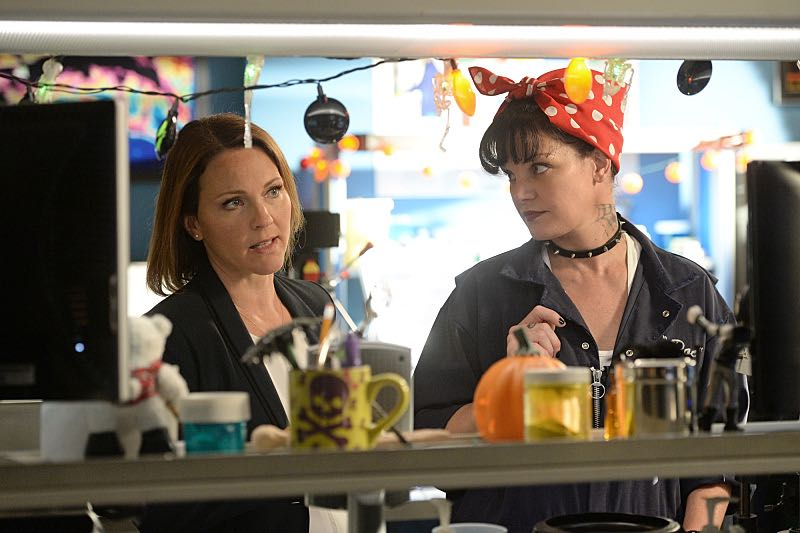 """""""Viral"""" -- When a petty officer's murder matches the M.O. of a local serial killer, the NCIS team must determine if this is the killer's latest victim or the work of a copycat, on NCIS, Tuesday, Oct. 27 (8:00-9:00 PM, ET/PT), on the CBS Television Network. Pictured left to right: Kelli Williams and Pauley Perrette Photo: Darren Michaels/CBS ©2015 CBS Broadcasting, Inc. All Rights Reserved"""