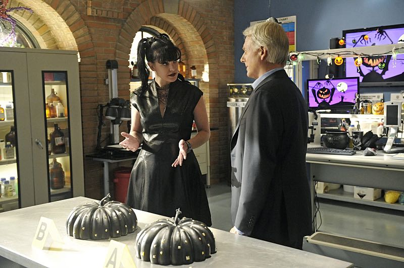 """""""Viral"""" -- When a petty officer's murder matches the M.O. of a local serial killer, the NCIS team must determine if this is the killer's latest victim or the work of a copycat, on NCIS, Tuesday, Oct. 27 (8:00-9:00 PM, ET/PT), on the CBS Television Network. Pictured left to right: Pauley Perrette and Mark Harmon Photo: Darren Michaels/CBS ©2015 CBS Broadcasting, Inc. All Rights Reserved"""