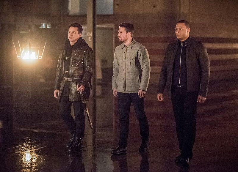 """Arrow -- """"Sins of the Father"""" -- Image AR413b_0007b.jpg -- Pictured (L-R): John Barrowman as Malcolm Merlyn, Stephen Amell as Oliver Queen, and David Ramsey as John Diggle -- Photo: Dean Buscher/ The CW -- © 2016 The CW Network, LLC. All Rights Reserved."""