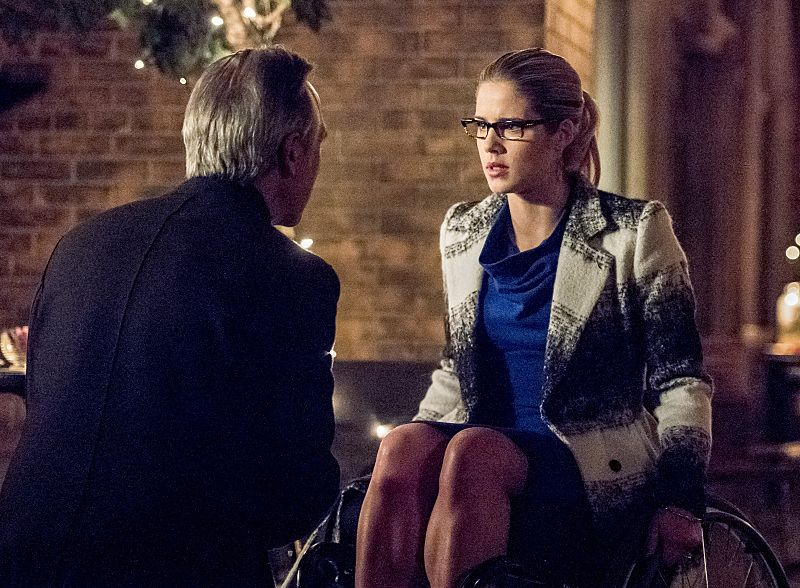 """Arrow -- """"Sins of the Father"""" -- Image AR413A_0252b.jpg -- Pictured (L-R): Tom Amandes as Noah Kuttler / The Calculator and Emily Bett Rickards as Felicity Smoak -- Photo: Dean Buscher/ The CW -- © 2016 The CW Network, LLC. All Rights Reserved."""