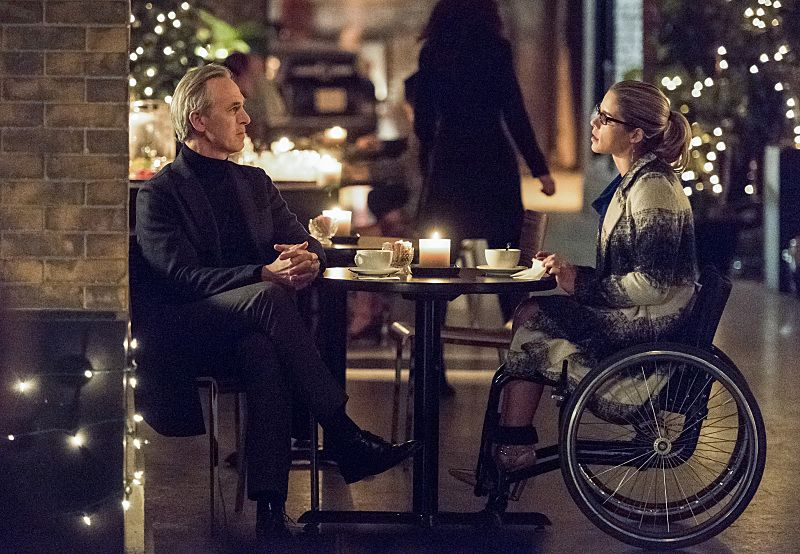 """Arrow -- """"Sins of the Father"""" -- Image AR413A_0187b.jpg -- Pictured (L-R): Tom Amandes as Noah Kuttler / The Calculator and Emily Bett Rickards as Felicity Smoak -- Photo: Dean Buscher/ The CW -- © 2016 The CW Network, LLC. All Rights Reserved."""