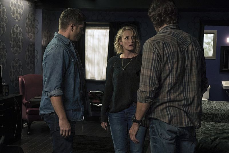 """Supernatural -- """"The Foundry"""" -- SN1203b_0127.jpg -- Pictured (L-R): Jensen Ackles as Dean, Samantha Smith as Mary Winchester and Jared Padalecki as Sam -- Photo: Katie Yu/The CW -- © 2016 The CW Network, LLC. All Rights Reserved"""