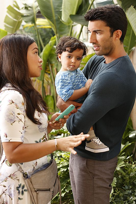 """Jane The Virgin -- """"Chapter Forty-Six"""" -- Image Number: JAV302a_0068.jpg -- Pictured (L-R): Gina Rodriguez as Jane and Justin Baldoni as Rafael -- Photo: Robert Voets/The CW -- © 2016 The CW Network, LLC. All rights reserved."""