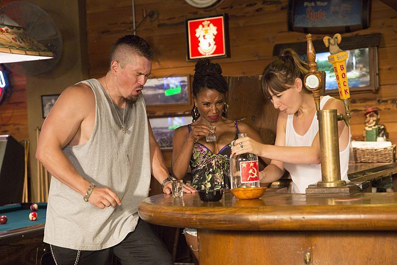 Steve Howey as Kevin Ball, Shanola Hampton as Veronica Fisher and Isidora Goreshter as Svetlana in Shameless (Season 7, episode 4) - Photo: Patrick Wymore/SHOWTIME - Photo ID: shameless_704_0466