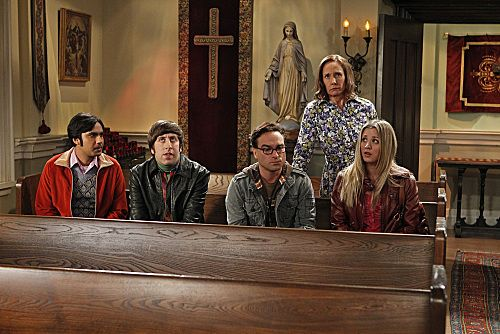 """""""The Rhinitis Revelation"""" -- Sheldon competes with the gang for his mother's attention when she comes to visit, on THE BIG BANG THEORY, Thursday Oct. 20 (8:00 - 8:31 PM, ET/PT) on the CBS Television Network.  Pictured left to right: Kunal Nayyar, Simon Helberg, Johnny Galecki, Laurie Metcalf, Kaley Cuoco. Photo: Sonja Flemming/CBS ©2011 CBS Broadcasting Inc. All Rights Reserved"""