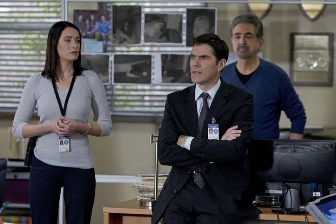 """""""A Thin Line""""-- Emily Prentiss (Paget Brewster, left) and David Rossi (Joe Mantegna, rear) watch as Aaron Hotchner (Thomas Gibson, center) enlists the support of the local California Police Department in the inland empire over several home invasions and murders that requires the attention of all, on CRIMINAL MINDS, Wednesday, February 22 (9:00-10:00 PM, ET/PT) on the CBS Television Network. Photo: Cliff Lipson/CBS ©2012 CBS Broadcasting Inc. All Rights Reserved."""