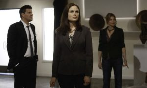 Booth (David Boreanaz, L) and Brennan (Emily Deschanel, C) view photographs on display at an art gallery