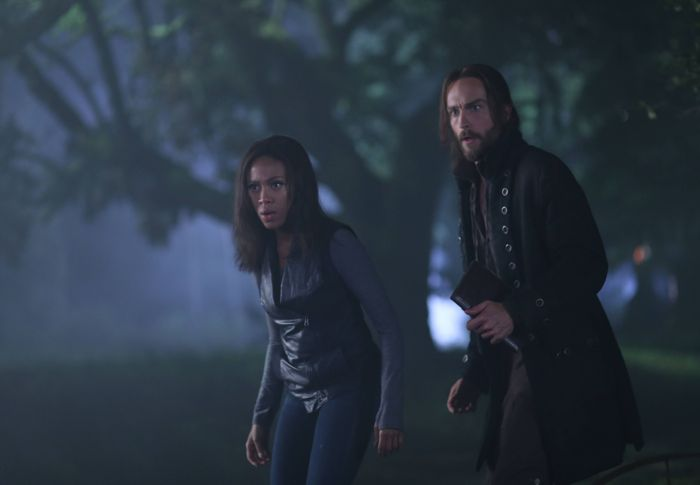 Sleepy Hollow Season 2 Ichabod (Tom Mison, R) and Abbie (Nicole Beharie, L)
