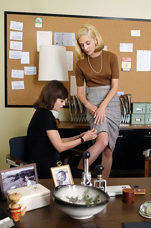 Lizzy Caplan as Virginia Johnson and Caitlin Fitzgerald as Libby Masters in Masters of Sex (season 2, episode 10)