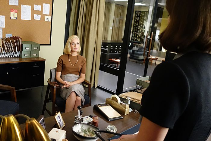 Caitlin Fitzgerald as Libby Masters and Lizzy Caplan as Virginia Johnson in Masters of Sex (season 2, episode 10)