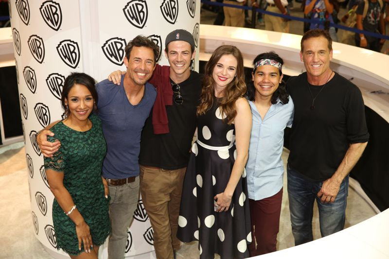 THE FLASH cast gathers in the Warner Bros. booth at Comic-Con 2015: (L-R) Candice Patton (Iris West), Tom Cavanagh (Dr. Harrison Wells), Grant Gustin (Barry Allen/The Flash), Danielle Panabaker (Dr. Caitlin Snow), Carlos Valdes (Cisco Ramon) and John Wesley Shipp (Henry Allen). #WBSDCC (©2015 WBEI. All rights reserved.)