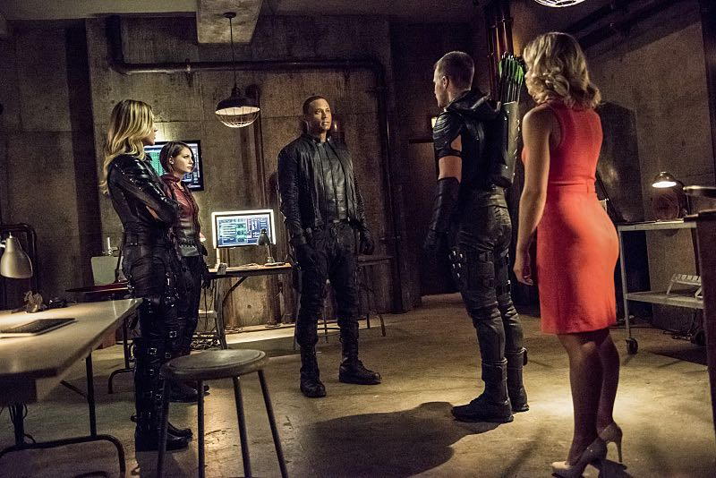 """Arrow -- """"Green Arrow"""" -- Image AR401A_0330b -- Pictured (L-R): Katie Cassidy as Laurel Lance, Willa Holland as Thea Queen, David Ramsey as John Diggle, Stephen Amell as Oliver Queen and Emily Bett Rickards as Felicity Smoak -- Photo: Dean Buscher /The CW -- © 2015 The CW Network, LLC. All Rights Reserved."""
