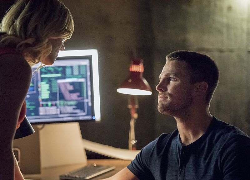 """Arrow -- """"Green Arrow"""" -- Image AR401A_0165b -- Pictured (L-R): Emily Bett Rickards as Felicity Smoak and Stephen Amell as Oliver Queen -- Photo: Dean Buscher /The CW -- © 2015 The CW Network, LLC. All Rights Reserved."""