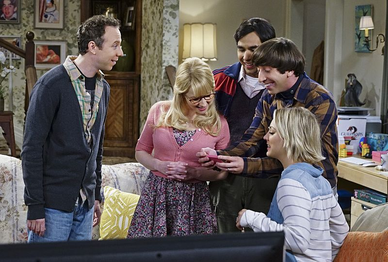 """""""The Helium Insufficiency"""" -- Penny and Bernadette download a dating app on Amy's phone to try and find her a new man, on THE BIG BANG THEORY, Monday, Oct. 26 (8:00-8:30 PM, ET/PT), on the CBS Television Network. Pictured left to right: Kevin Sussman, Melissa Rauch, Kunal Nayyar, Simon Helberg and Kaley Cuoco Photo: Monty Brinton/CBS ©2015 CBS Broadcasting, Inc. All Rights Reserved"""