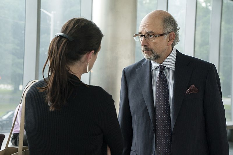 Maura Tierney as Helen and Richard Schiff as Jon Gottlief in The Affair (season 2, episode 4). - Photo: Mark Schafer/SHOWTIME - Photo ID: TheAffair_204_8646