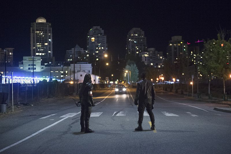 """Arrow -- """"Restoration"""" -- Image AR403A_0316b.jpg --Pictured (L-R): Stephen Amell as The Arrow and David Ramsey as John Diggle -- Photo: Diyah Pera /The CW -- © 2015 The CW Network, LLC. All Rights Reserved."""