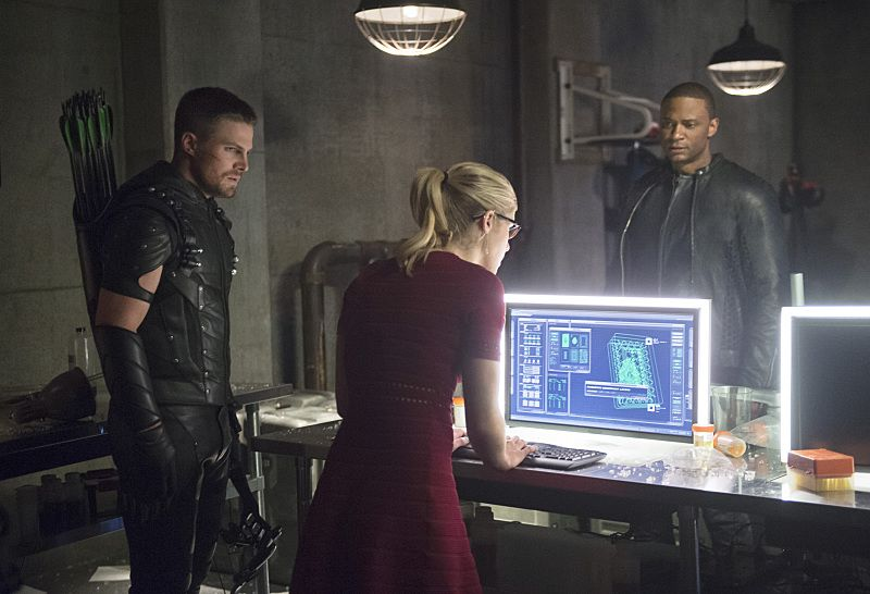 """Arrow -- """"Restoration"""" -- Image AR403A_0217b.jpg -- Pictured (L-R): Steven Amell as Oliver Queen, Emily Bett Rickards as Felicity Smoak and David Ramsey as John Diggle -- Photo: Diyah Pera /The CW -- © 2015 The CW Network, LLC. All Rights Reserved."""