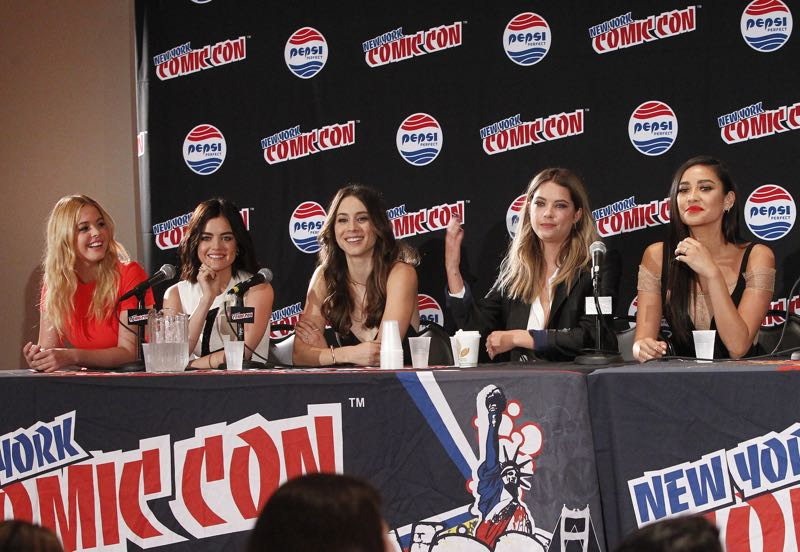 """PRETTY LITTLE LIARS - Lucy Hale, Shay Mitchell, Ashley Benson, Troian Bellisario and Sasha Pieterse as well as Executive producers Marlene King, Oliver Goldstick and Joseph Dougherty assemble at Comic-Con New York to preview the new mystery facing the girls when """"Pretty Little Liars"""" returns in January 2016. (ABC Family/Lou Rocco) SASHA PIETERSE, LUCY HALE, TROIAN BELLISARIO, ASHLEY BENSON, SHAY MITCHELL"""