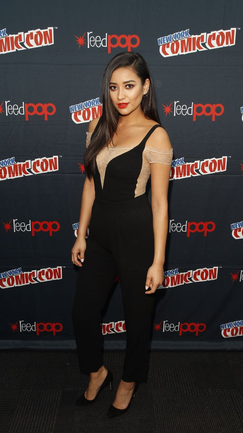 """PRETTY LITTLE LIARS - Lucy Hale, Shay Mitchell, Ashley Benson, Troian Bellisario and Sasha Pieterse as well as Executive producers Marlene King, Oliver Goldstick and Joseph Dougherty assemble at Comic-Con New York to preview the new mystery facing the girls when """"Pretty Little Liars"""" returns in January 2016. (ABC Family/Lou Rocco) SHAY MITCHELL"""