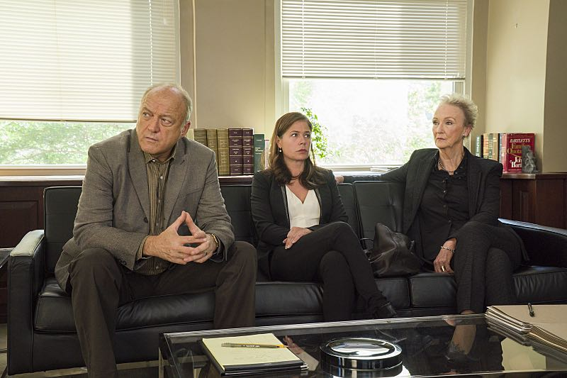 John Doman as Bruce, Maura Tierney as Helen and Kathleen Chalfant as Margaret in The Affair (season 2, episode 6). - Photo: Mark Schafer/SHOWTIME - Photo ID: TheAffair_206_8297
