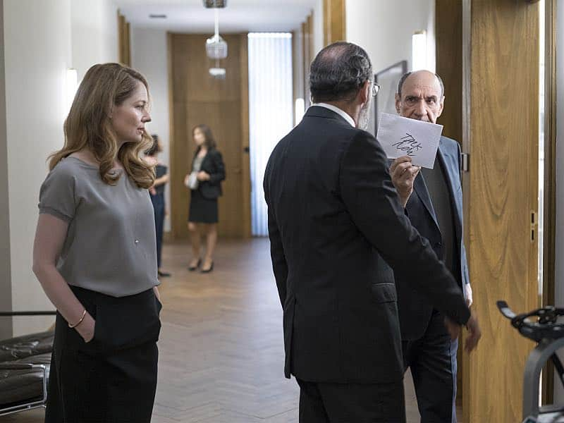 Miranda Otto as Allison Carr, Mandy Patinkin as Saul Berenson and F. Murray Abraham as Dar Adal in Homeland (Season 5, Episode 6). - Photo: Stephan Rabold/SHOWTIME - Photo ID: Homeland_506_1324.R