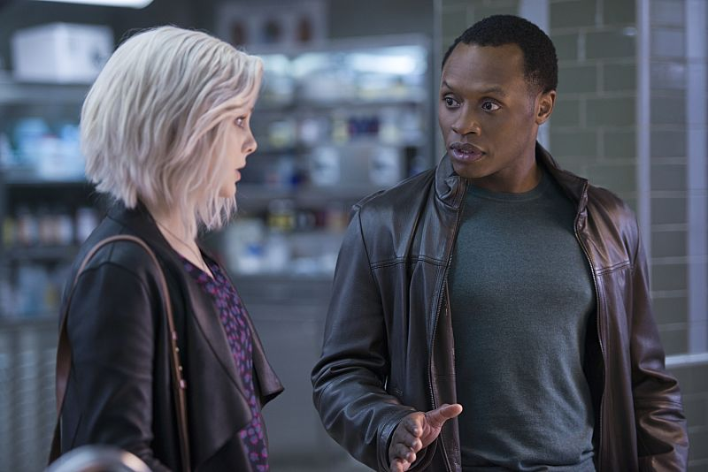 "iZombie -- ""He Blinded Me With Science"" -- Image Number: ZMB215b_0346.jpg -- Pictured (L-R): Rose McIver as Liv and Malcolm Goodwin as Clive -- Photo: Diyah Pera/The CW -- © 2016 The CW Network, LLC. All rights reserved."