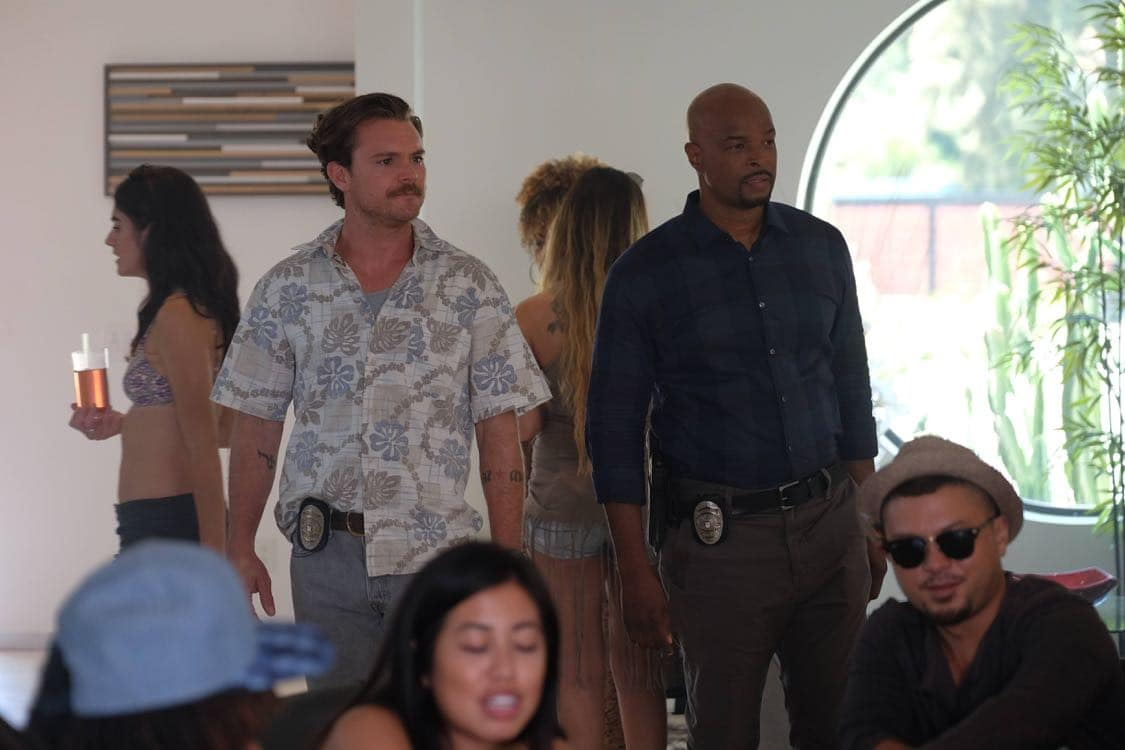 """LETHAL WEAPON: Pictured L-R: Clayne Crawford and Damon Wayans in the """"Best Buds"""" episode of LETHAL WEAPON airing Wednesday, Oct. 5 (8:00-9:00 PM ET/PT) on FOX. ©2016 Fox Broadcasting Co. CR: Darren Michaels/FOX"""