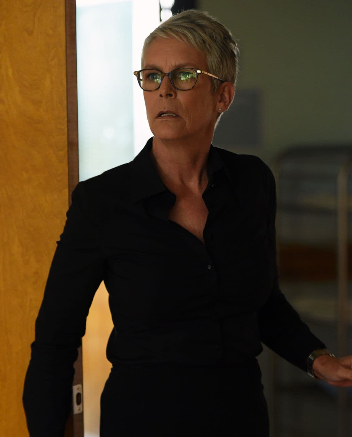 """SCREAM QUEENS: Jamie Lee Curtis in the all-new """"Handidates"""" episode of SCREAM QUEENS airing Tuesday, Oct. 11 (9:01-10:00 PM ET/PT) on FOX. Cr: Michael Becker / FOX. © 2016 FOX Broadcasting Co."""
