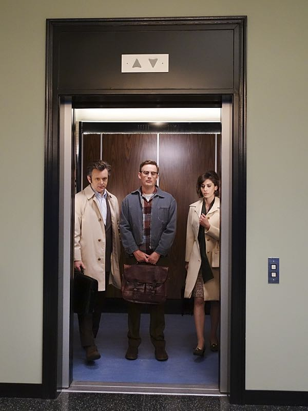 Michael Sheen as Dr. William Masters, Kevin Christy as Lester and Lizzy Caplan as Virginia Johnson in Masters of Sex (season 4, episode 4) - Photo: Warren Feldman/SHOWTIME - Photo ID: MastersofSex_404_0657