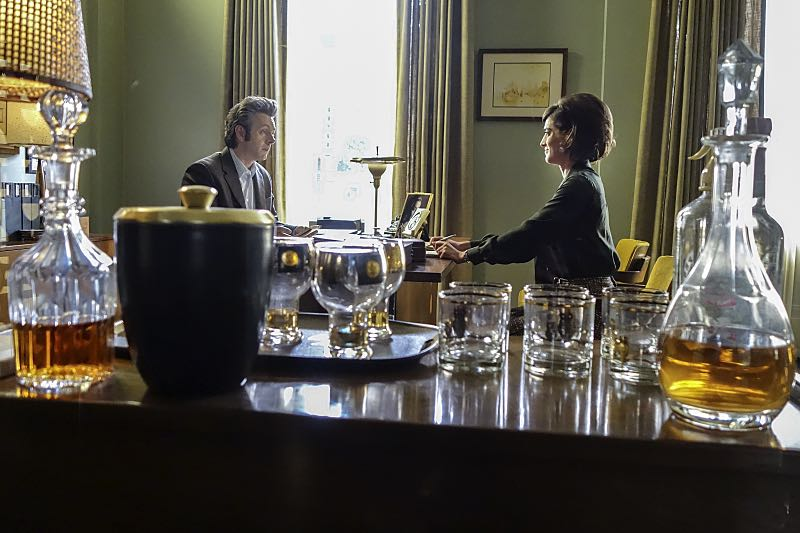 Michael Sheen as Dr. William Masters and Lizzy Caplan as Virginia Johnson in Masters of Sex (season 4, episode 4) - Photo: Warren Feldman/SHOWTIME - Photo ID: MastersofSex_404_0573