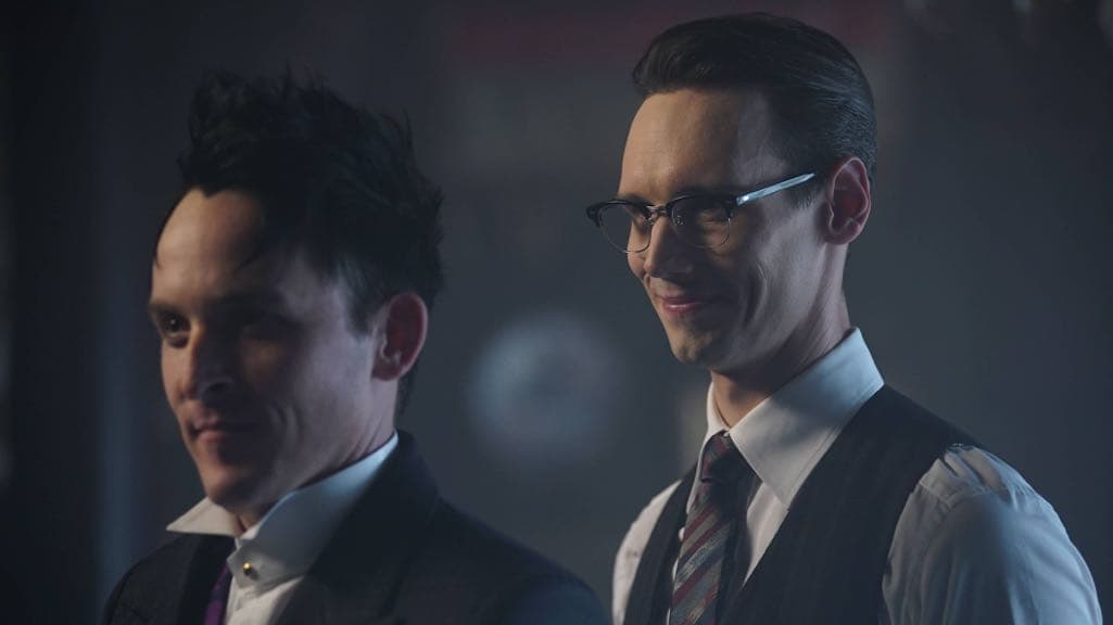 "GOTHAM: R-L: Cory Michael Smith and Robin Lord Taylor in the ""Mad City: Red Queen"" episode of GOTHAM airing Monday, Oct. 31 (8:00-9:01 PM ET/PT) on FOX. ©2016 Fox Broadcasting Co. Cr: Nicole Rivelli/FOX."
