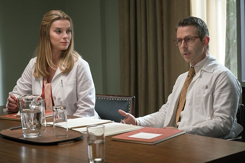 Betty Gilpin as Nancy and Jeremy Strong as Art in Masters of Sex (season 4, episode 8) - Photo: Warren Feldman/SHOWTIME - Photo ID: MastersofSex_408_0690