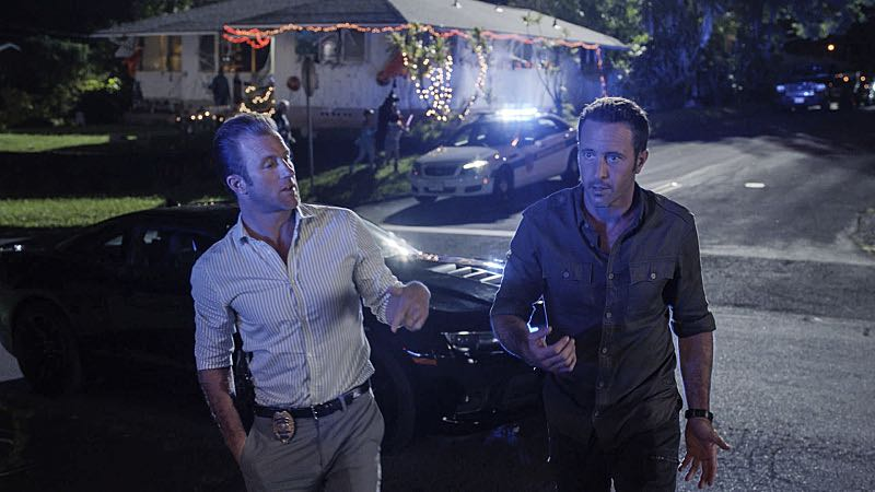 """""""Ka hale ho'okauweli"""" -- On Halloween, Five-0 investigates the murder of a medium with a checkered past who was apparently scared to death by a poltergeist. Also, Kono and Adam are kidnapped by what appears to be a death cult, on HAWAII FIVE-0, Friday, Oct. 28 (9:00-10:00 PM, ET/PT), on the CBS Television Network. Pictured left to right: Scott Caan as Danny """"Danno"""" Williams and Alex O'Loughlin as Steve McGarrett. Photo: CBS ©2016 CBS Broadcasting, Inc. All Rights Reserved"""