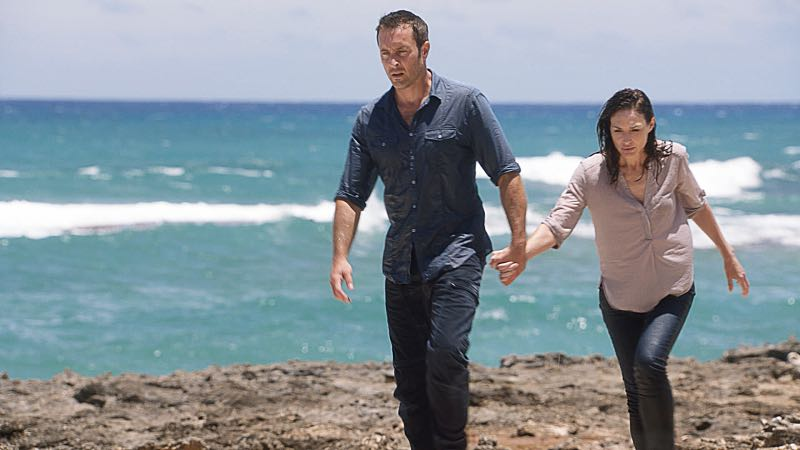 """Hū a'e ke ahi lanakila a Kamaile"" -- Five-0 must find McGarrett and Alicia when they are kidnapped by the serial killer they've been hunting, on HAWAII FIVE-0, Friday, Oct. 14 (9:00-10:00 PM, ET/PT), on the CBS Television Network. Former professional football player Otis Wilson guest stars as himself. Pictured left to right: Alex O'Loughlin as Steve McGarrett and Claire Forlani as Alicia Brown. Photo: CBS ©2016 CBS Broadcasting, Inc. All Rights Reserved (""Hū a'e ke ahi lanakila a Kamaile"" is Hawaiian for ""The Fire of Kamile Rises in Triumph"")"