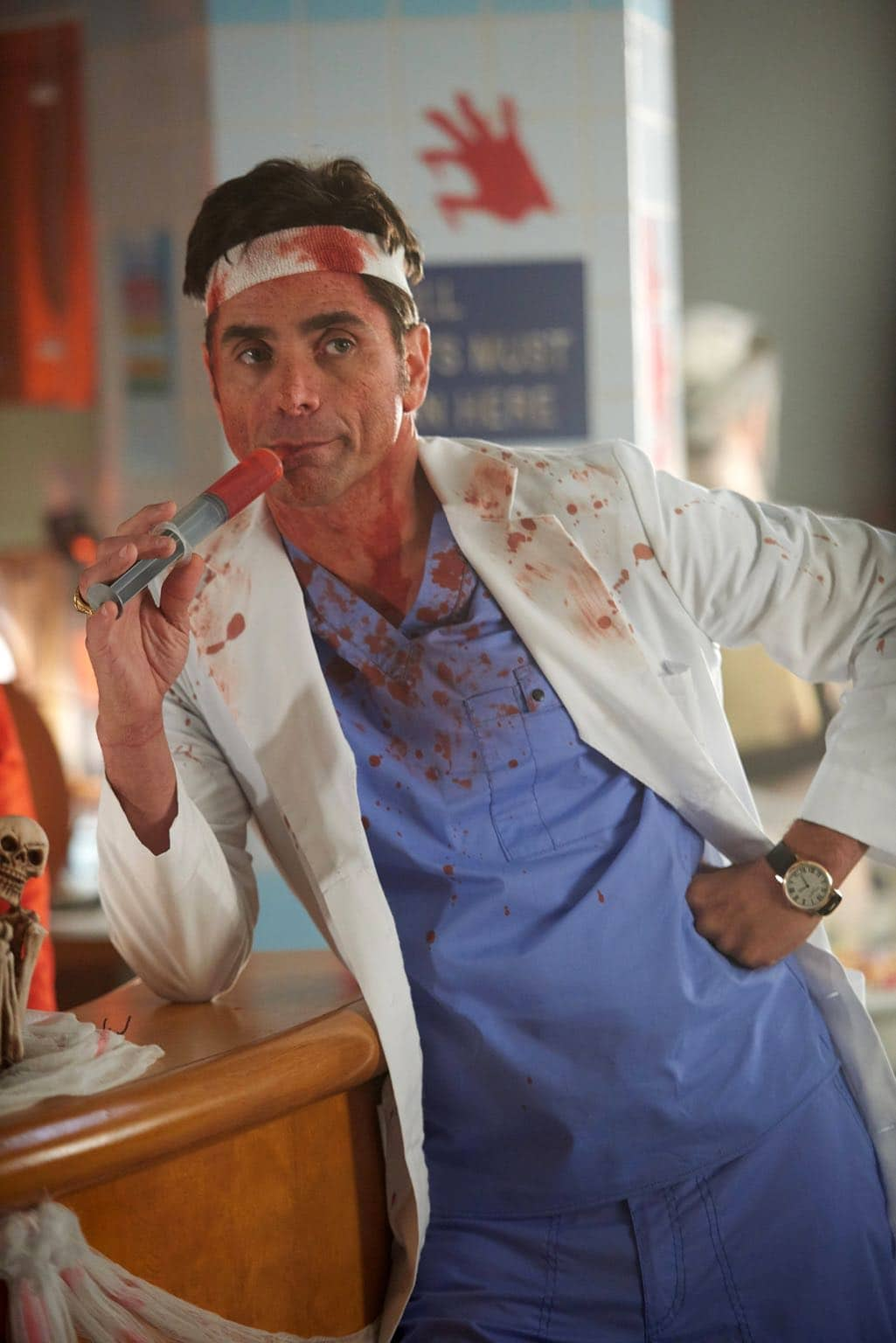 """SCREAM QUEENS: John Stamos in the all-new """"Halloween Blues"""" episode of SCREAM QUEENS airing Tuesday, Oct. 18 (9:01-10:00 PM ET/PT) on FOX. Cr: Michael Becker / FOX. © 2016 FOX Broadcasting Co."""