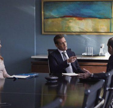 """SUITS -- """"The Statue"""" Episode 702 -- Pictured: (l-r) Sarah Rafferty as Donna Paulsen, Gabriel Macht as Harvey Specter, Rick Hoffman as Louis Litt"""