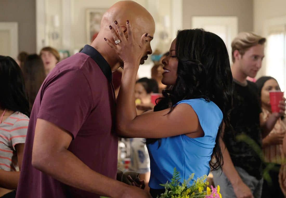 """LETHAL WEAPON: Pictured L-R: Damon Wayans and Keesha Sharp in the """"El Gringo Loco"""" season two premiere episode of LETHAL WEAPON airing Tuesday, Sept. 26 (8:00-9:00 PM ET/PT) on FOX. ©2017 Fox Broadcasting Co. CR: Darren Michaels/FOX"""