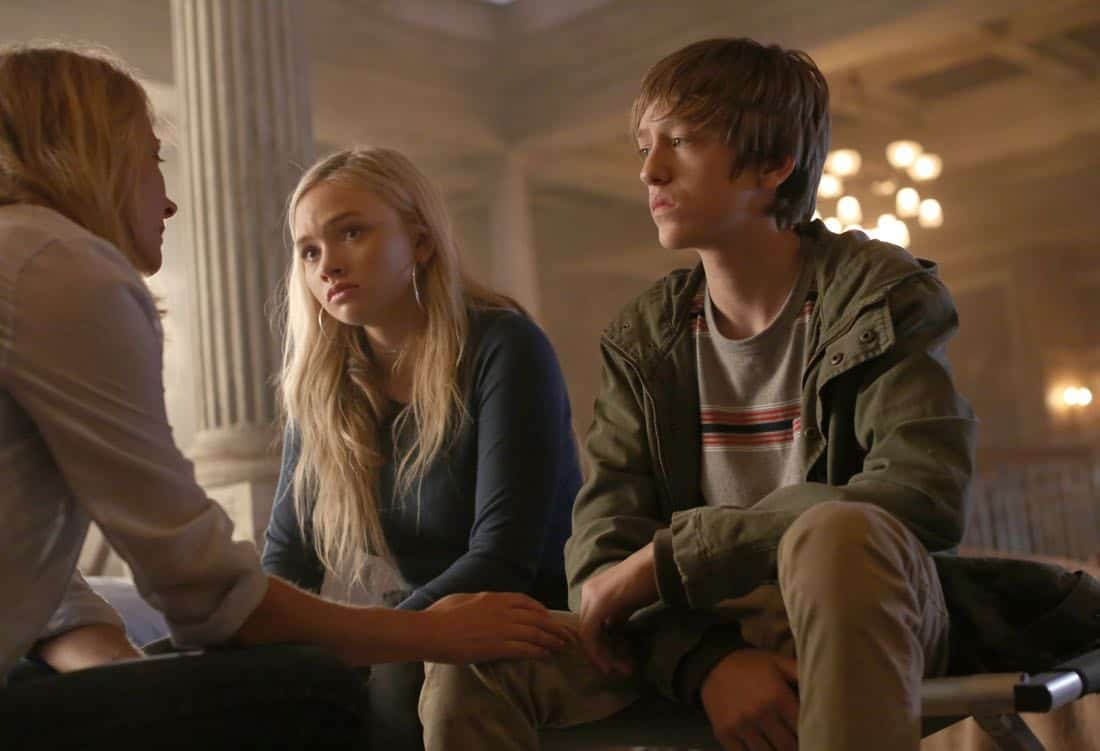 """THE GIFTED:  L-R:  Amy Acker, Natalie Alyn Lind and Percy Hynes White in the """"A New World"""" episode of THE GIFTED airing Monday, Oct. 9 (9:00-10:00 PM ET/PT) on FOX.  ©2017 Fox Broadcasting Co.  Cr:  Eliza Morse/FOX"""