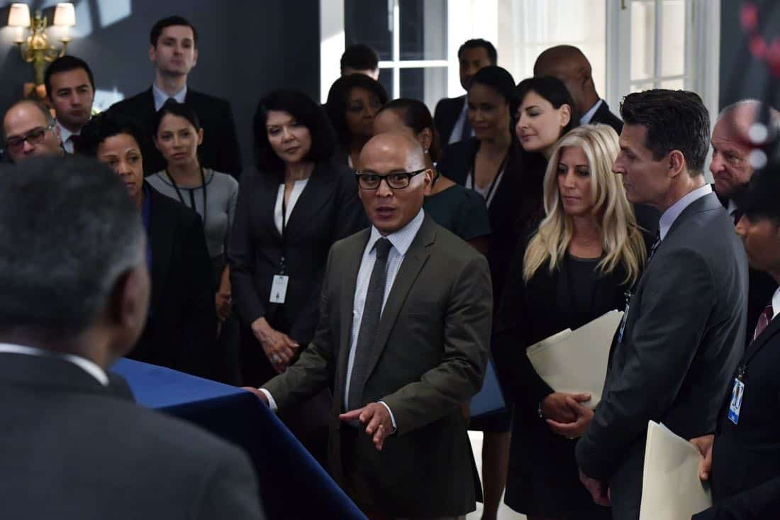 "DESIGNATED SURVIVOR- ""Outbreak"" – President Kirkman is faced with a viral pandemic that threatens to kill countless Americans while FBI Agent Hannah Wells and M16 Agent Damian Rennett discover evidence that could change the lives of members of the first family forever, on ""Designated Survivor,"" airing WEDNESDAY, OCTOBER 11 (10:00-11:00 p.m. EDT). (ABC/Ben Mark Holzberg) VON FLORES"