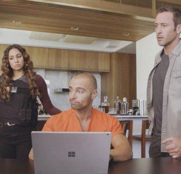 """""""E uhi wale no 'a'ole e nalo, he imu puhi"""" -- The lives of Five-0's informants are in danger when the HPD system is hacked and one ends up dead, forcing McGarrett to enlist the help of hacker Aaron Wright (Joey Lawrence), who he just imprisoned, on HAWAII FIVE-0, Friday, Oct. 20 (9:00-10:00 PM, ET/PT) on the CBS Television Network. Pictured L to R: Meaghan Rath as Tani Rey, Joey Lawrence as Aaron Wright, and Alex O'Loughlin as Steve McGarrett. Photo credit: Screen Grab/©2017 CBS Broadcasting, Inc. All Rights Reserved. (""""E uhi wale no 'a'ole e nalo, he imu puhi"""" is Hawaiian for """"No Matter How Much One Covers a Steaming Imu, The Smoke Will Rise"""")"""