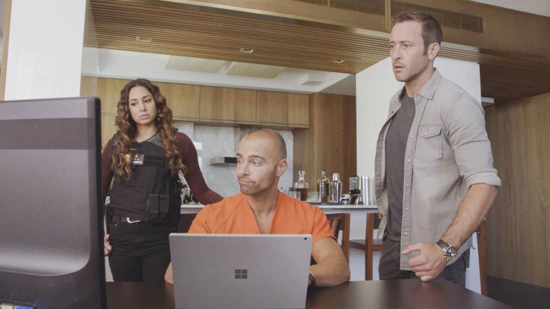 """E uhi wale no 'a'ole e nalo, he imu puhi"" -- The lives of Five-0's informants are in danger when the HPD system is hacked and one ends up dead, forcing McGarrett to enlist the help of hacker Aaron Wright (Joey Lawrence), who he just imprisoned, on HAWAII FIVE-0, Friday, Oct. 20 (9:00-10:00 PM, ET/PT) on the CBS Television Network. Pictured L to R: Meaghan Rath as Tani Rey, Joey Lawrence as Aaron Wright, and Alex O'Loughlin as Steve McGarrett. Photo credit: Screen Grab/©2017 CBS Broadcasting, Inc. All Rights Reserved. (""E uhi wale no 'a'ole e nalo, he imu puhi"" is Hawaiian for ""No Matter How Much One Covers a Steaming Imu, The Smoke Will Rise"")"